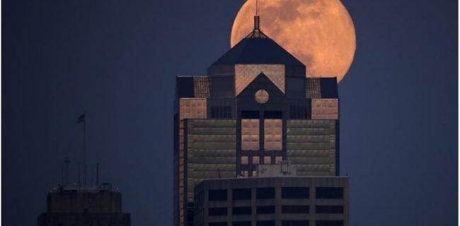 ابَر ماه صورتی در آسمان شهرهای خاموش جهان درخشید